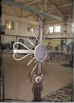 Кованые памятники на могилу фото кресты Памятник с крестом на просвет Соликамск